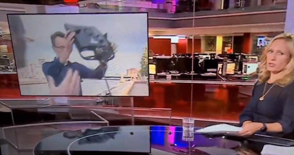 Momente incredibile in direct! Reporterul, aproape sa fie izbit in cap de un reflector in timpul transmisiei! Ce s-a intamplat