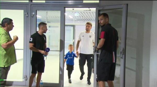 VIDEO Știrile zilei | Reghecampf, prezentat la Craiova. Cadou neașteptat de la FCSB! Mutu a bătut-o pe Dinamo pentru fiul său! Scandal pe stadion între marii rivali