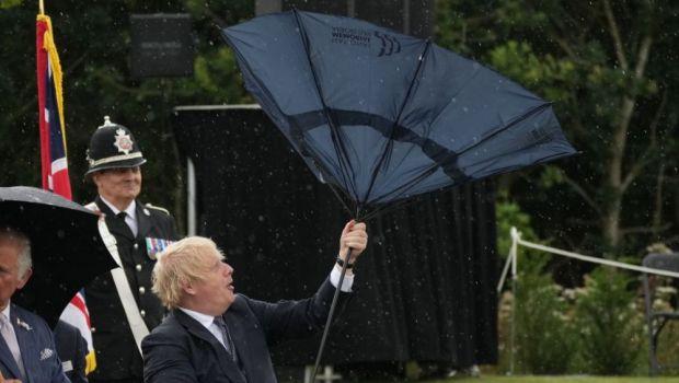 Boris Johnson 0, umbrela 1! :)) Imaginile momentul cu prim-ministrul Marii Britanii! O umbrelă i-a dat bătăi de cap