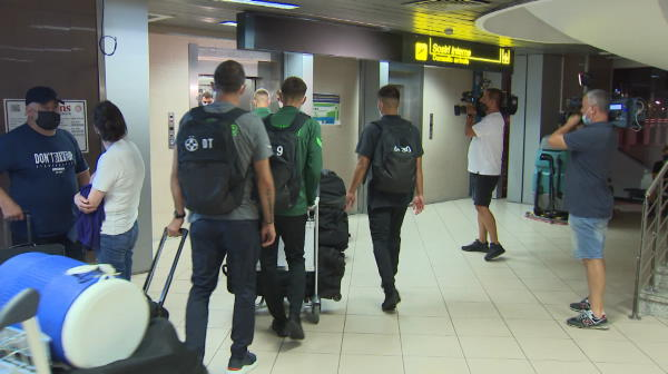 VIDEO FCSB s-a întors în țară. Imagini de pe aeroport cu elevii lui Todoran după eliminarea din cupele europene