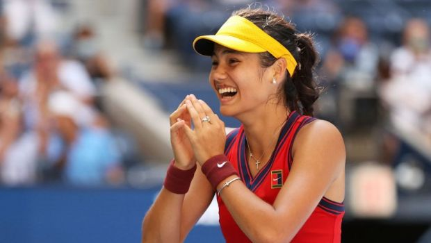 Emma Răducanu e noua vedetă a tenisului mondial! Jucătoarea cu origini românești e în semifinalele US Open fără set pierdut