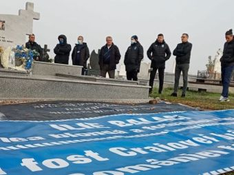 Trei ani fără Ilie Balaci! Oamenii Universității Craiova au mers la mormântul legendei Olteniei